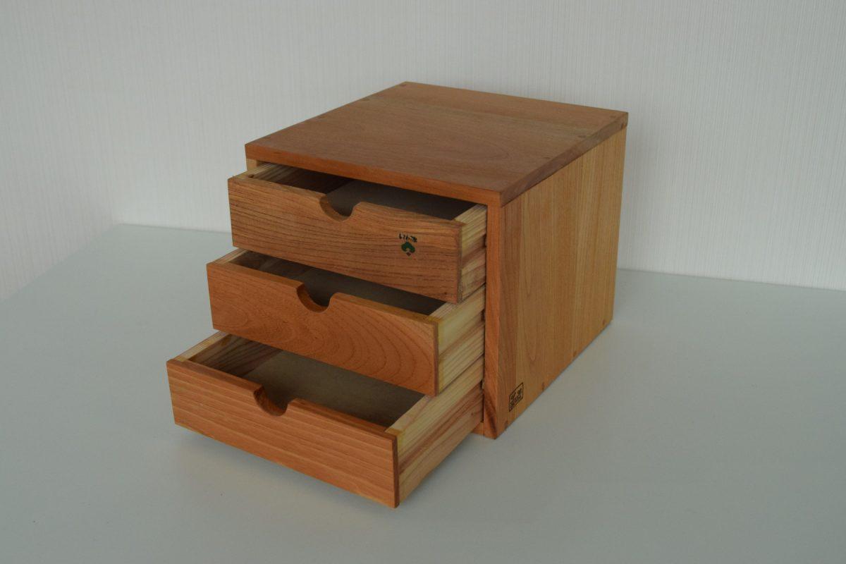 写真2:【老舗家具店の手作り】川本町の古材を使った小物入れ